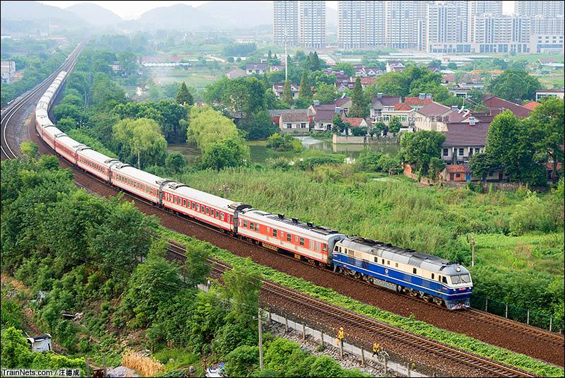 2016年8月6日。上局徐段DF11型机车牵引K101次(北京-温州)列车即将到达宣城站。内燃准高牵引原红色车底行驶在非电气化铁路上显得十分难得。(图/汪德成)