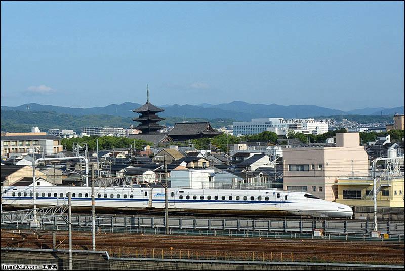 2016年6月23日。日本京都铁道博物馆展望台。现代化的新干线N700系列车从古朴的寺庙前驶过。(图/王若尧)