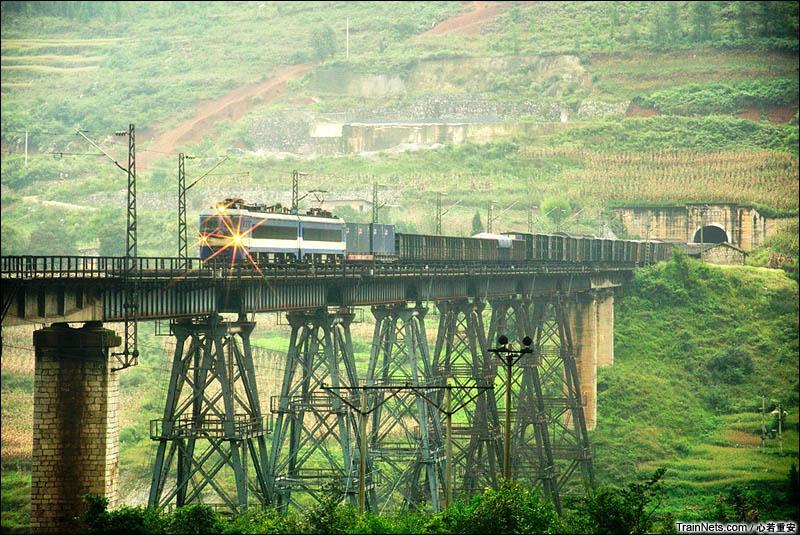 2012年10月。贵昆线。扒挪块-荷马岭区间(已废弃)。SS3B牵引货车通过天生桥。(图/心若重安)