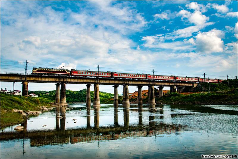 2013年6月。湘黔铁路。娄底涟水河桥,K426次(重庆北-杭州),现已停运。(图/心若重安)