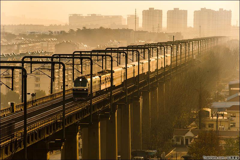 2012年12月。南京。DF11牵引客车进入南京长江桥引桥。(图/心若重安)