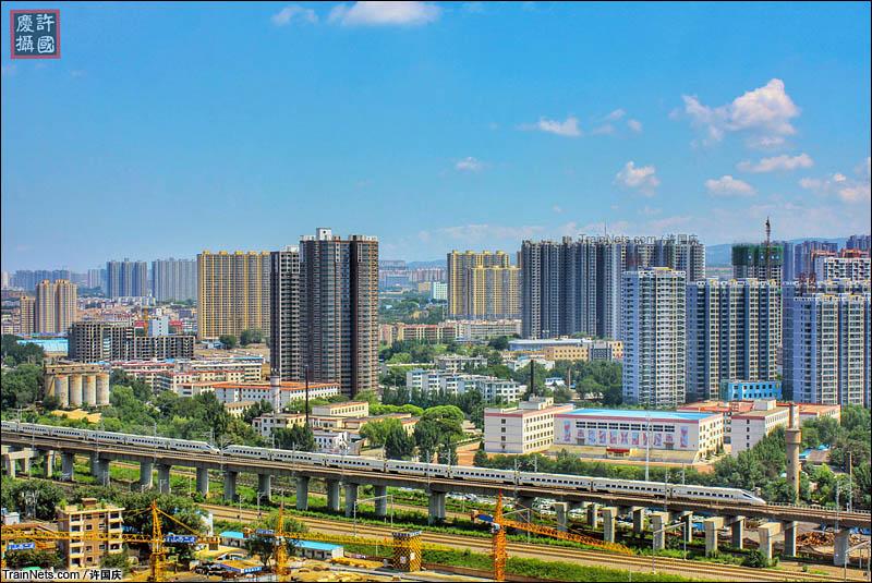2016年7月。D2001次(北京西-运城北)列车通过大西客专北营北特大桥。(图/许国庆)