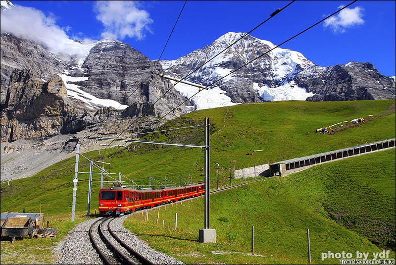 2016年8月13日。瑞士。少女峰铁路,该铁路使用齿轮轨道以爬上陡坡,从图中可以明显看出双轨之间的齿条。(图/袁东方)