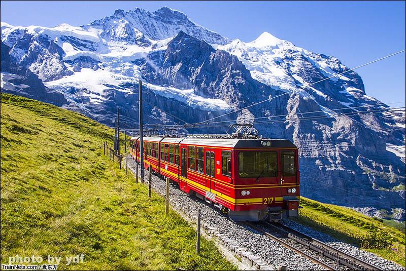 2016年8月14日。瑞士。少女峰铁路,行驶在欧洲之巅少女峰山脚下的列车。(图/袁东方)