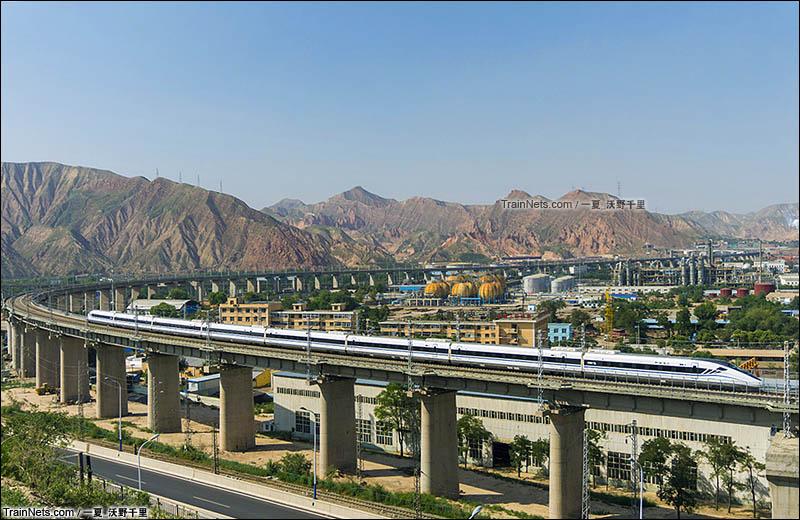 2016年8月。中川城际上的CRH2G即将进入兰州市区。(图/一夏_沃野千里)