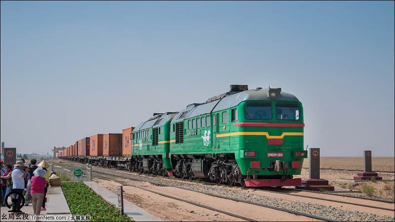 2016年7月7日。内蒙古。蒙铁2M62型机车牵引货列通过二连浩特国门。(图/幺局幺段)