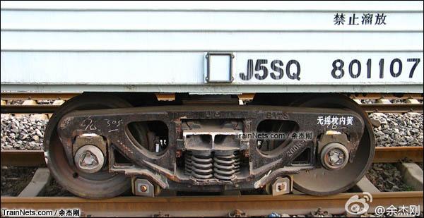 2015年5月。J5SQ型汽车运输专用车。转向架。(图/余杰刚)