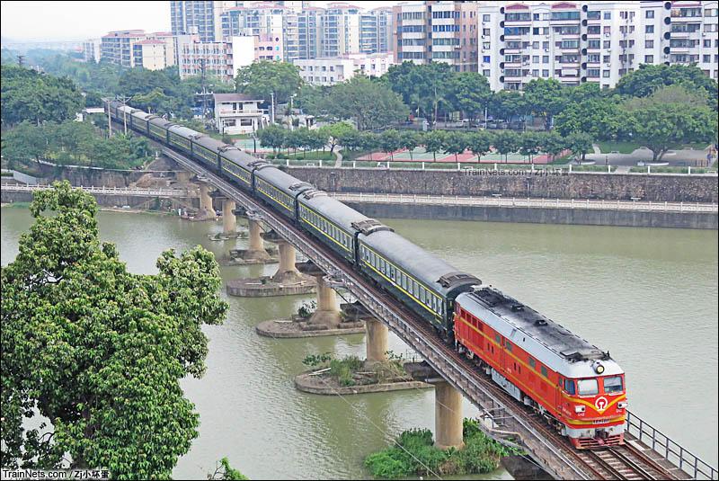 2016年8月。佛山三水。DF4B牵引K4717次(广州-湛江西)通过三水西南铁路桥,往三水站方向。(图/ZJ小坏蛋)