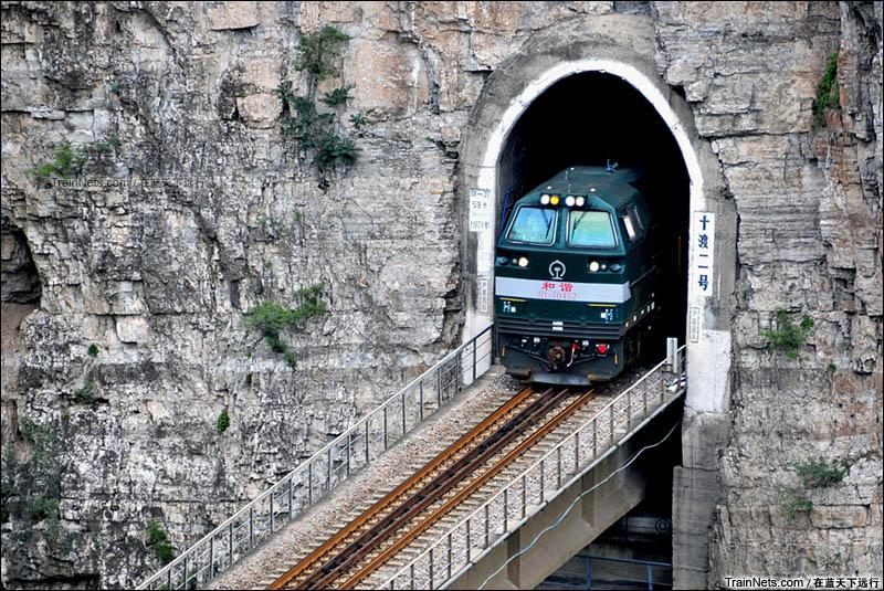 2016年8月16日。北京十渡。HXN5牵引货列通过十渡二号隧道。(图/在蓝天下远行)