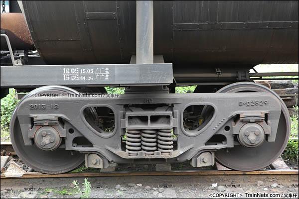 2016年4月。广东三水西站。GL70型沥青罐车。转向架。(图/火车仔)
