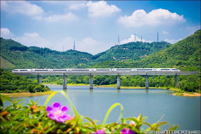 2016年7月23日。CRH380B列车通过广深港客运专线龟坑水库段。(图/嘉禾望岗711推广车站_2-17296)