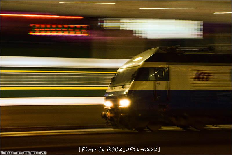 2016年8月。夜晚KTT担当直通车南下通过深圳东站。(图/BBZ_DF11-0262)
