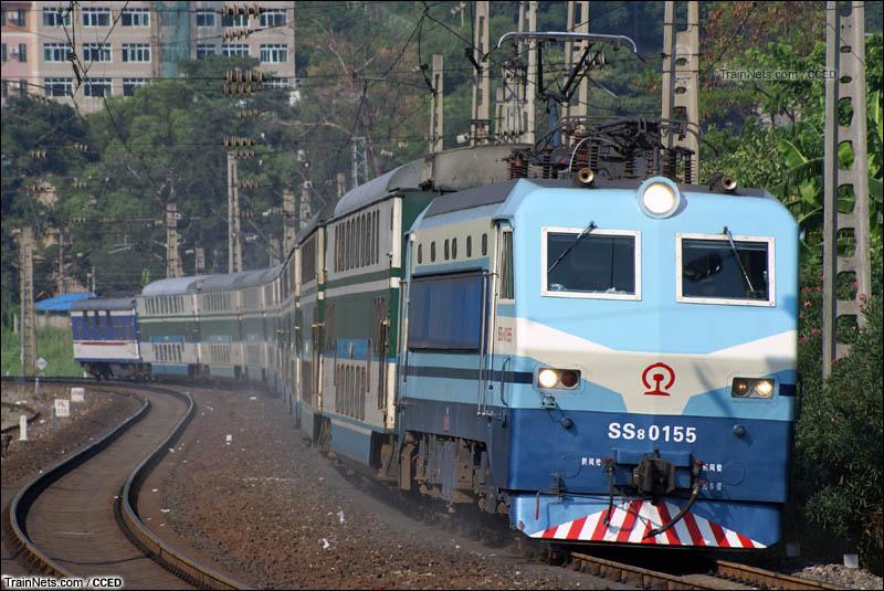 2008年8月19日。下午,SS8牵引双层特快驶离韶关站(现韶关东站),前往广州方向。(图/CCED)