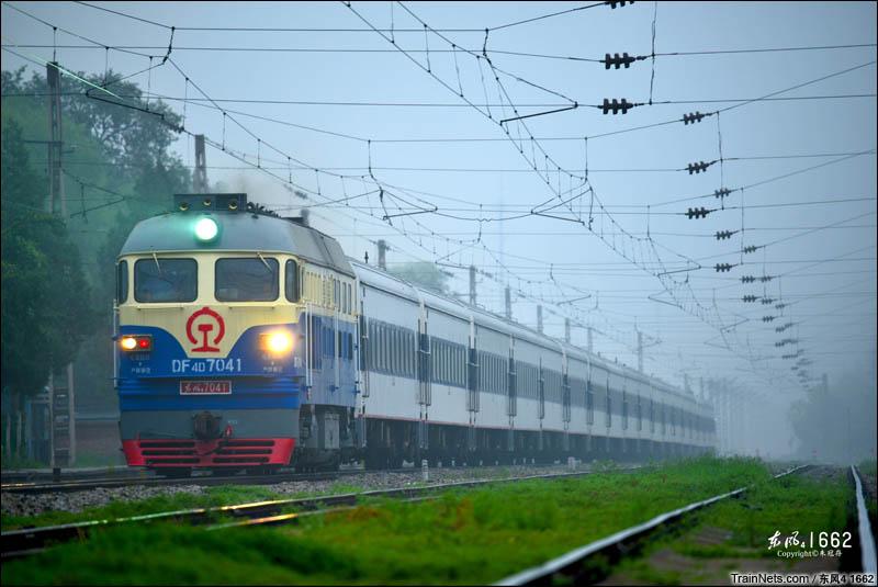 2016年7月31日。北京东北环线。南口机务段的DFB改D-7041牵引0Z79次(北京-大连车底)通过望京。(图/东风4 1662)