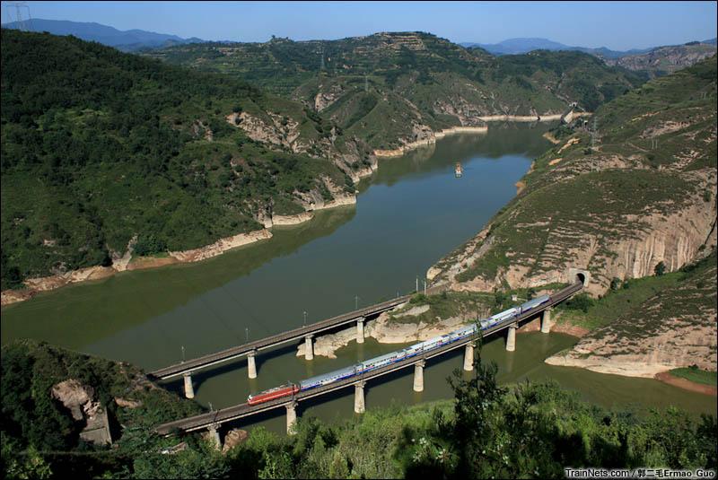 2016年盛夏清晨。天水号T3102次(天水-西安)列车沿着渭河驶向关中平原。(图/郭二毛Ermao_Guo)