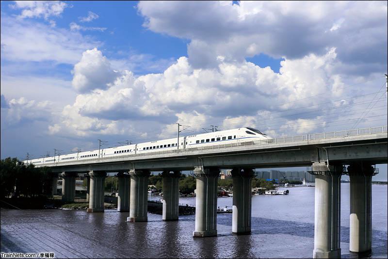 2016年6月8日。CRH5G动车组驶过哈齐高铁松花江特大桥,开往齐齐哈尔方向。(图/李福稼)