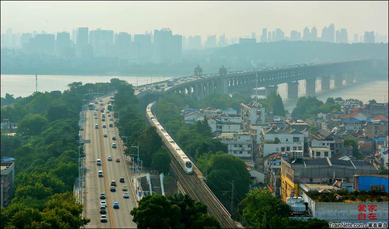 2016年8月。动车通过长江上了第一座铁路大桥武汉长江大桥。(图/家在蒙自)
