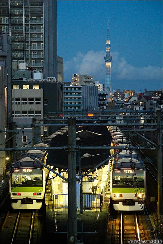 """2016年08月26日。日本。山手线。两列列车正停靠在大塚站进行上下客作业,与东京著名景点""""晴空塔""""形成一道靓丽风景。(图/奶茶仔)"""
