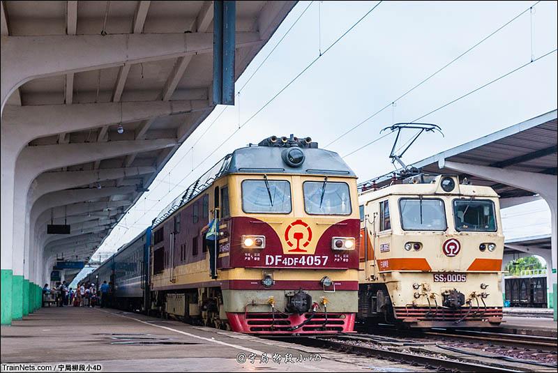 2016年7月15日。湘桂线。黎塘二场准备发车的K9325次(博白-南宁)和从上行回来的单机SS7。(图/宁局柳段小4D)