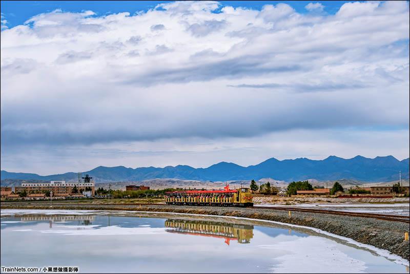 """2016年8月3日。青海省茶卡盐湖,一列盐湖观光小火车正满载游客向盐湖深处驶去。茶卡盐湖被誉为""""天空之境"""",行驶在盐湖里的小火车仿佛能把人带入梦幻的世界。(图/小黑想做摄影师)"""