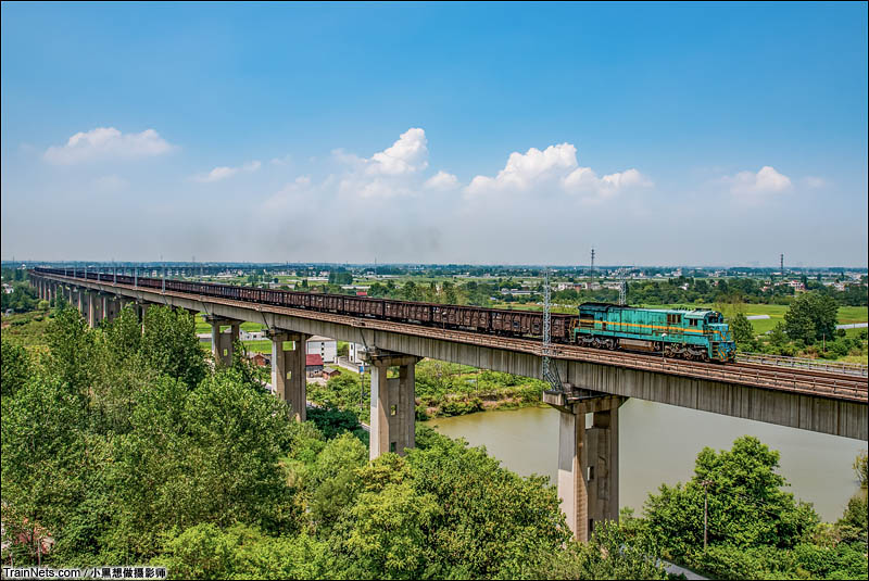2016年8月24日。ND5牵引货列驶过芜湖长江大桥北引桥,即将进入芜湖长江大桥。淮南铁路合肥至芜湖段正在进行电气化改造,这是芜湖长江大桥最后的无网纯内燃时光。(图/小黑想做摄影师)