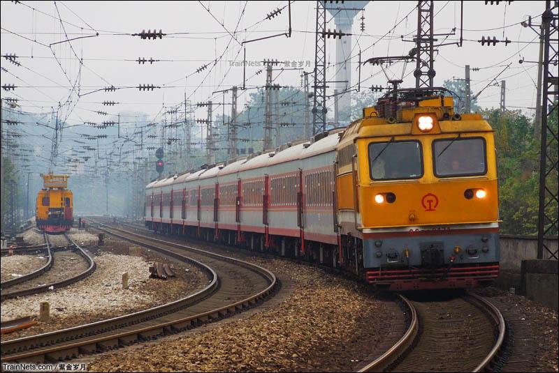 2012年11月29日。SS7C牵引T8304次(怀化-长沙)通过田心站II场进株洲客A线。(图/紫金岁月)