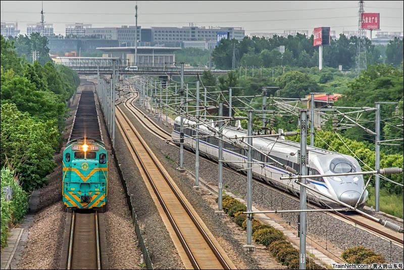 2014年5月24日。驶出紫金山东站的ND5-140号机车和旁边的并行在沪宁城际联络线上的CRH380A。(图/男人的山东号)
