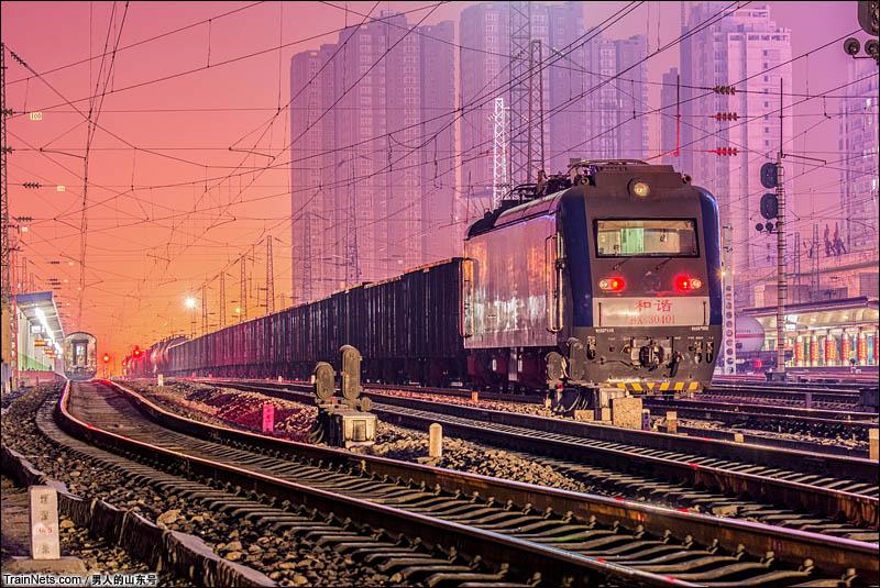 2015年2月17日。停靠在宝鸡站内宝成铁路货列。尾部补机位HXD3-0401。(图/男人的山东号)
