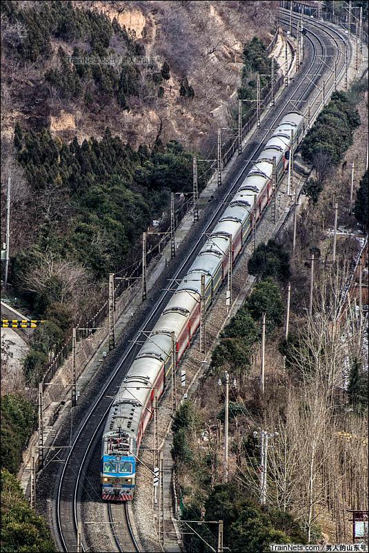 2016年2月13日。客车K1363次(北京西-成都)驶过出陇海线卧龙寺车站下行方向弯道,即将进入宝鸡东站。(图/男人的山东号)