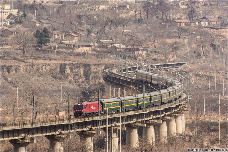 2016年2月18日。兰州天水。客车Z40次(上海-乌鲁木齐)下行通过陇海线葡萄园特大桥。(图/男人的山东号)