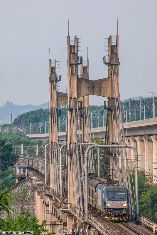 2016年4月。广西来宾市。HXD3C牵引客车通过湘桂铁路红水河斜拉桥。(图/谭元皓)