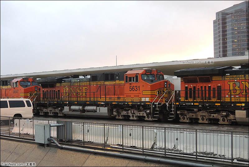 四处转转,车站内停放的BNSF货运机车GE Dash 9