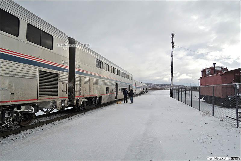 第二天早上,列车在冰天雪地中的新墨西哥州盖洛普停车