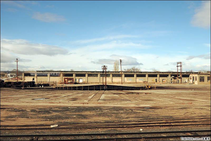 废弃的大转盘和车库仿佛诉说着美国铁路曾经的辉煌