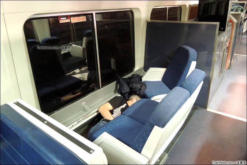 观景车中睡地上的旅客