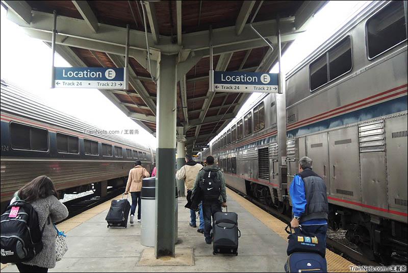 下车,右边就是我乘坐的30次列车