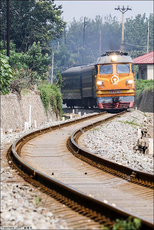 2016年8月24日。邯郸机务段东风4型客运机车牵引通勤车行驶在马磁线上。(图/赵家乐)