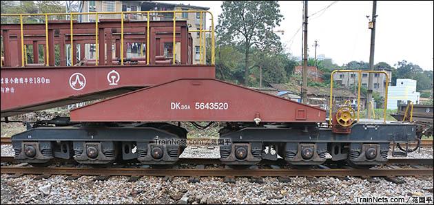 2015年11月。衡阳。DK36A型落下孔车。转向架机构。(图/范国平)