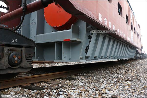 2015年11月。衡阳。DK36A型落下孔车。载货大底架及货物。(图/范国平)