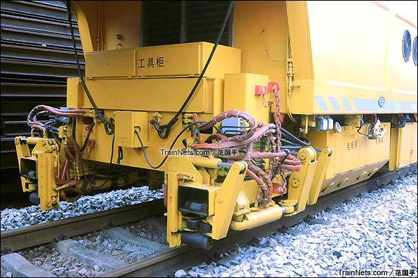 配属广州工务大修段的YHG-1200X型焊接车。焊接机与对正系统。(图/范国平)