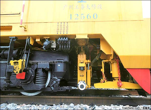 配属广州工务大修段的YHG-1200X型焊接车。转向架及液压支脚。(图/范国平)