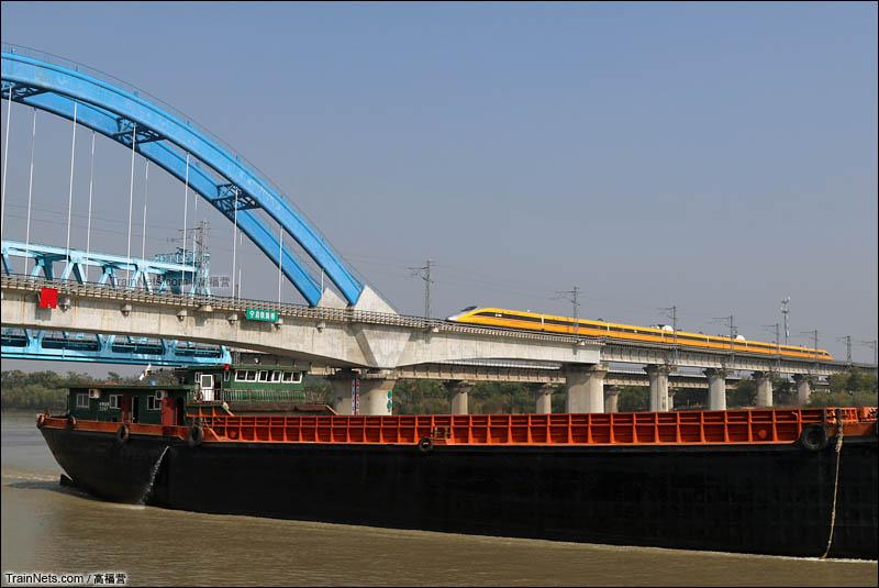 2016年11月4日。CRH380AJ动检车驶上宁启铁路京杭运河大桥。(图/高福营)