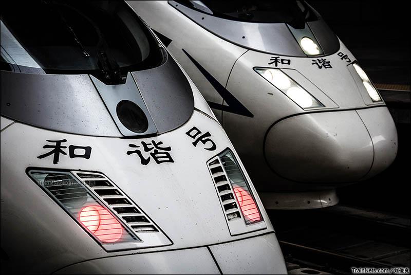 2016年11月22日。停靠在天津站的德国西门子原装CRH3C-3004以及中车国产的CRH380B,即将执行京津城际列车任务。(图/刘俊良)