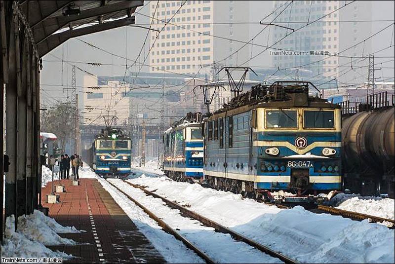 2009年11月14日。阳泉火车站。雪中的8G。(图/南山凌云)