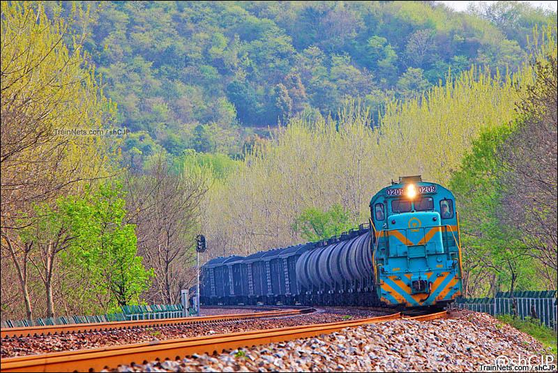 2016年4月。ND5牵引货列通过淮南线东关隧道附近。(图/shCJP)