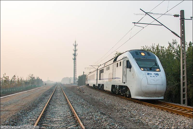 2016年11月4日。北京S2线列车驶下黄沙联大桥,该桥于11月10日停用,黄土店-沙河区间改为在左侧新修建的28km便线行驶。(图/SS9DUDUDUDU)