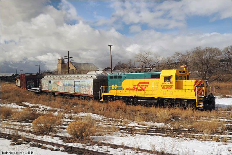 铁路边的列车。图中的这台机车曾作为道具在美剧《绝命毒师》中上镜。