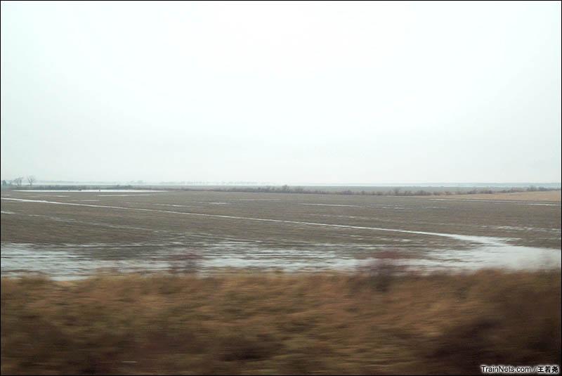 薄雾笼罩着的美国中部平原农业区。