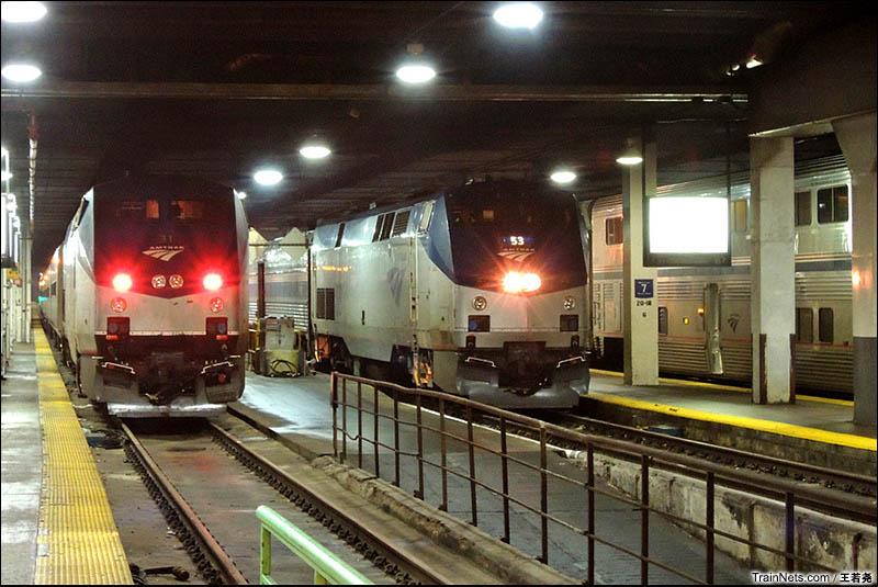 芝加哥联合车站里P42机车牵引的客车。