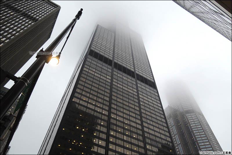 雾中的芝加哥地标西尔斯大厦。